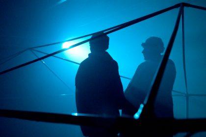 """Zu sehen ist ein Szenenfoto von Hannes Fuhrmann aus der Inszenierung """"HImmelskörper"""""""